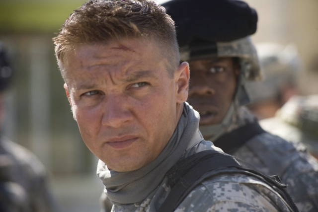 (Left to right) JEREMY RENNER and ANTHONY MACKIE star in THE HURT LOCKER.