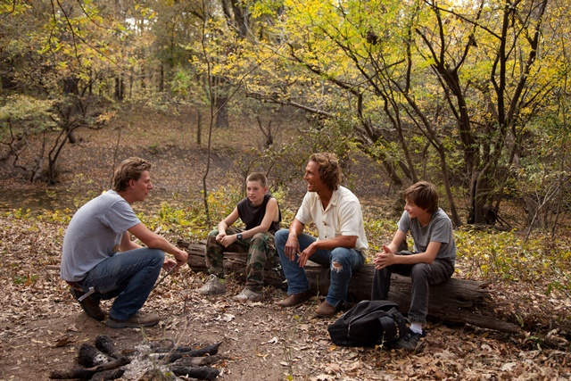 Director Jeff Nichols chats with actors Jacob Lofland, Matthew McConaughey and Tye Sheridan on the set of Mud.