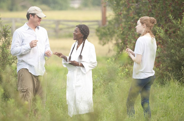 Director Tate Taylor On Set with Cicely Tyson (Constantine) and Emma Stone (Skeeter) in 'The Help'