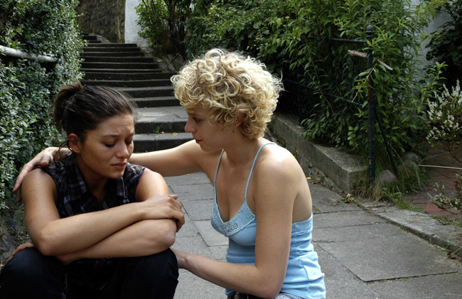 Nurgül Yesilçay and Patrycia Ziolkowska in The Edge of Heaven